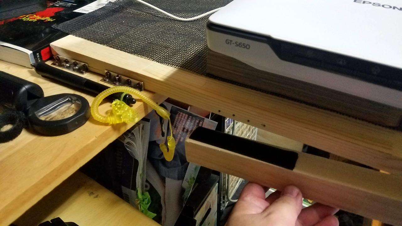 折りたためるようにして、マジックテープで固定できるようにしてみました。