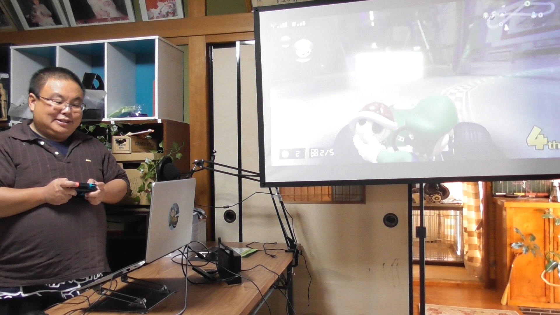 実際のプレイ画面、現実世界を走っているカート、その様子を映したプロジェクター