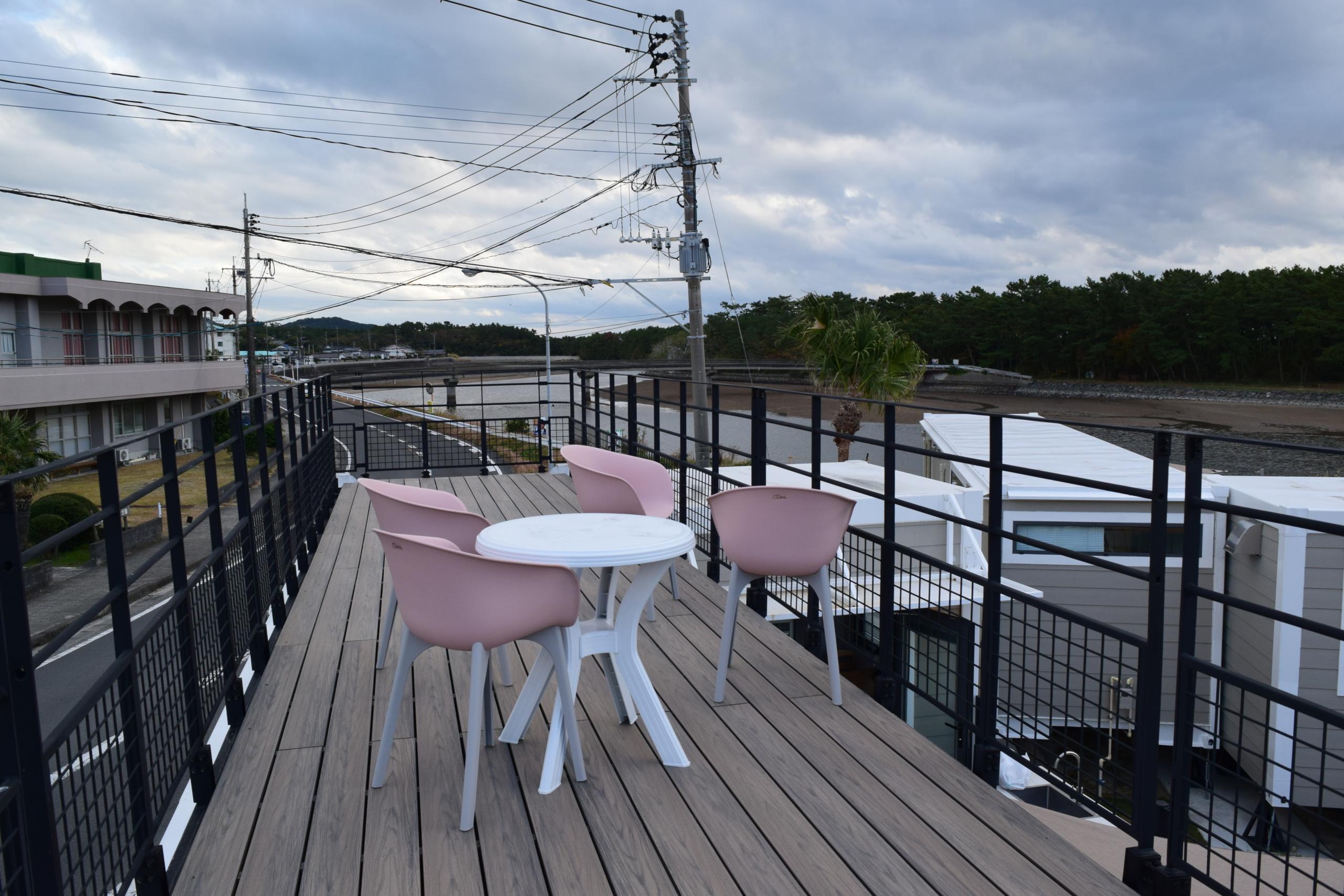 一部トレーラーハウスは屋上部分もあり、海辺の眺望を堪能できます。