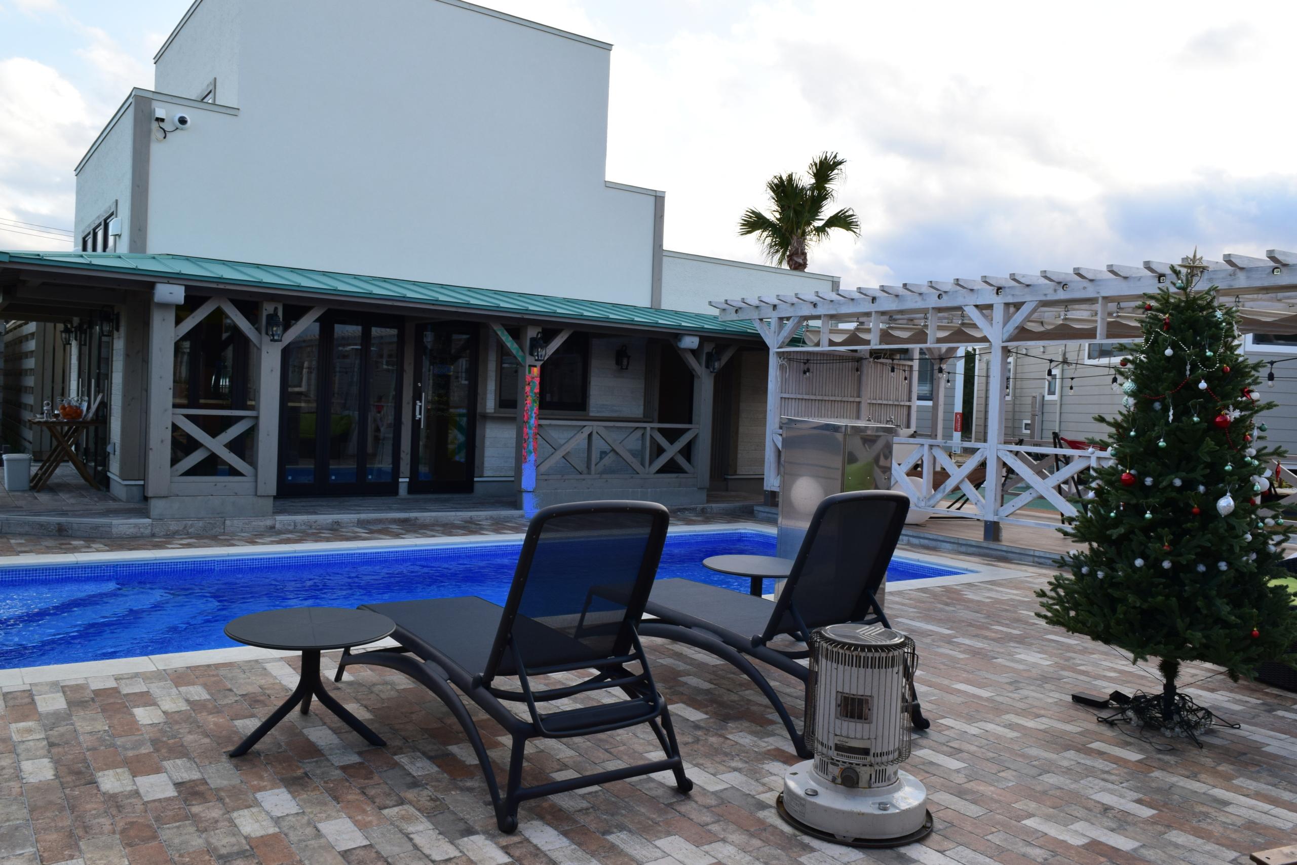 屋外プール、バーなどがあり、リゾート気分が味わえます。