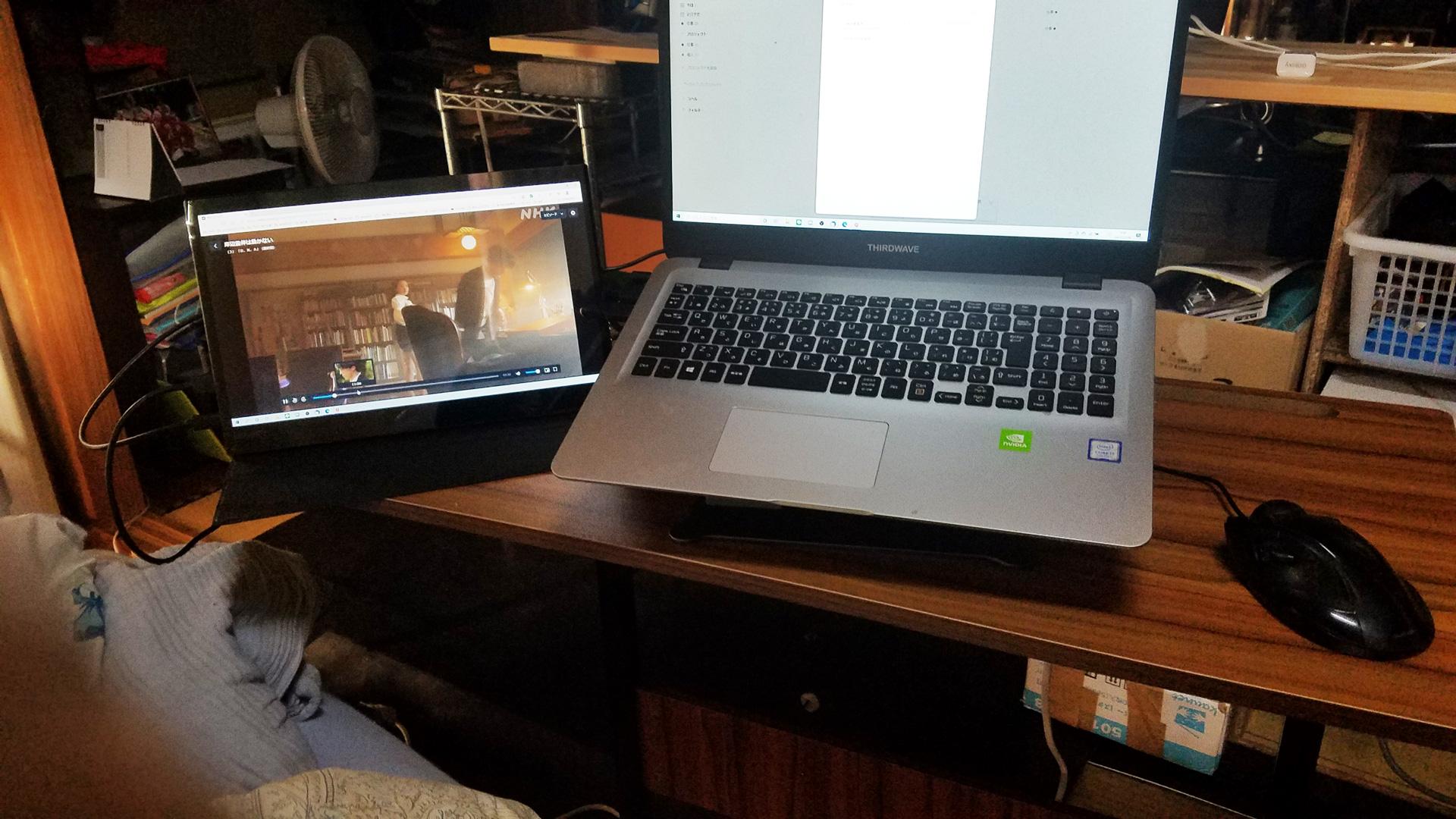 ノートパソコンなど置いて簡単な作業もできるようにしました。