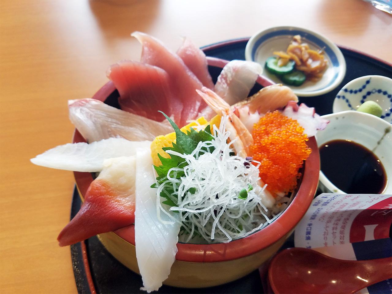 昼食は、海鮮まぐろ家さんの「海鮮丼酢飯大盛り」をいただきました。